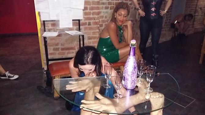 Als Champagnertischchen lassen sich Sklaven gut einsetzen