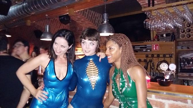 Drei Damen, die bei der Femdom Party garantiert das Blut so manches Sklaven in Wallung bringen