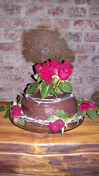 Eine hübsch dekorierte Geburtstagstorte
