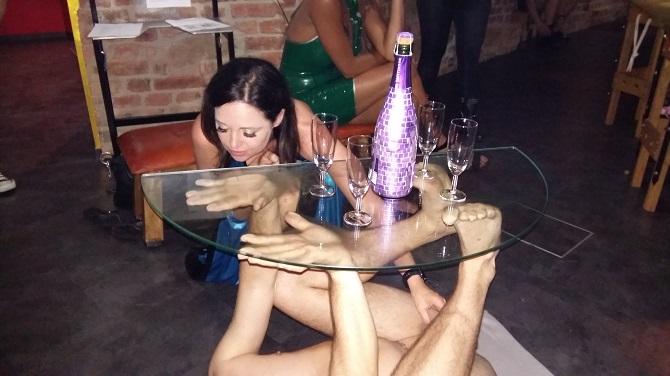 Mit einem professionellen Griff zwischen die Beine prüft die Herrin, ob sich das männliche Möbelstück auf auf seine Aufgabe konzentriert